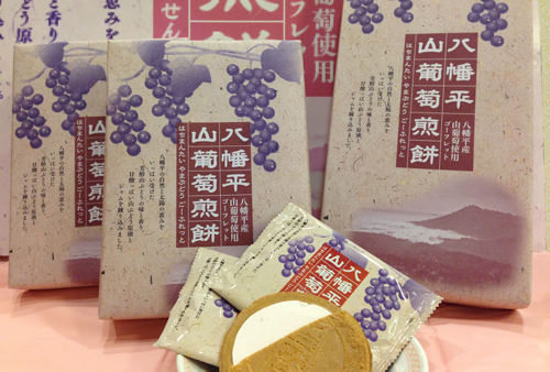 オリジナル商品『八幡平山葡萄煎餅』JALの機内サービスにて配布中♪